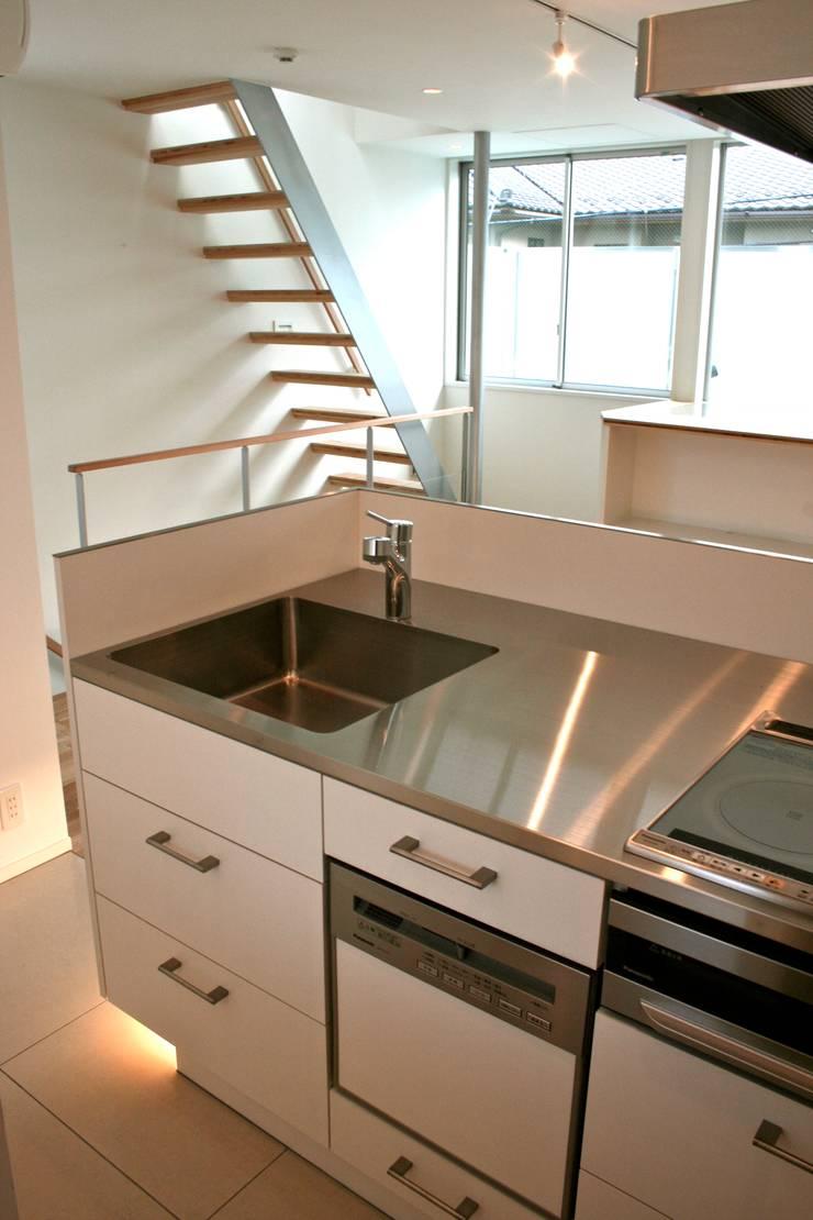 White Cube House: K. Shindo Architects and Associatesが手掛けたキッチンです。