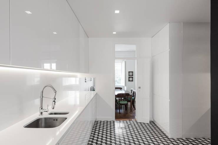 Cozinha na Lapa: Cozinhas minimalistas por Vanessa Santos Silva | Arquiteta