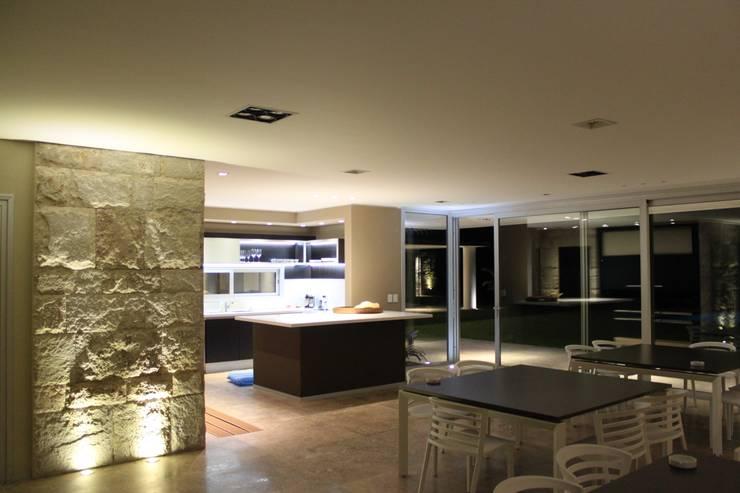 vivenda unifamilar MORENO: Livings de estilo  por cm espacio & arquitectura srl