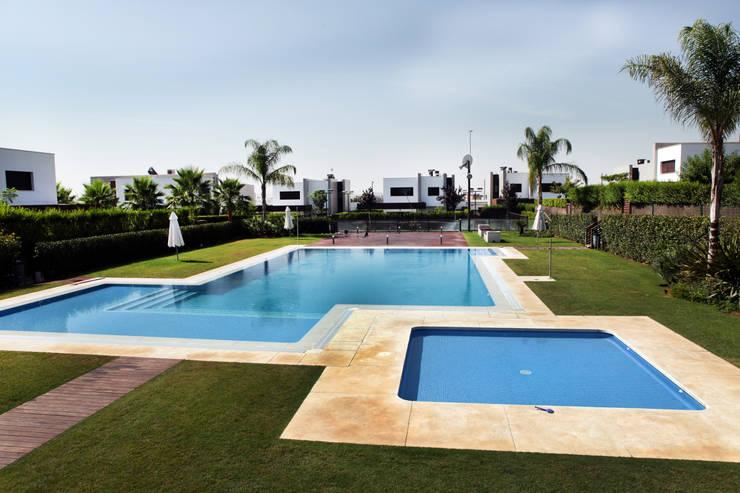 La Laguna: Piscinas de estilo moderno de CASTELLO ARQUITECTURA