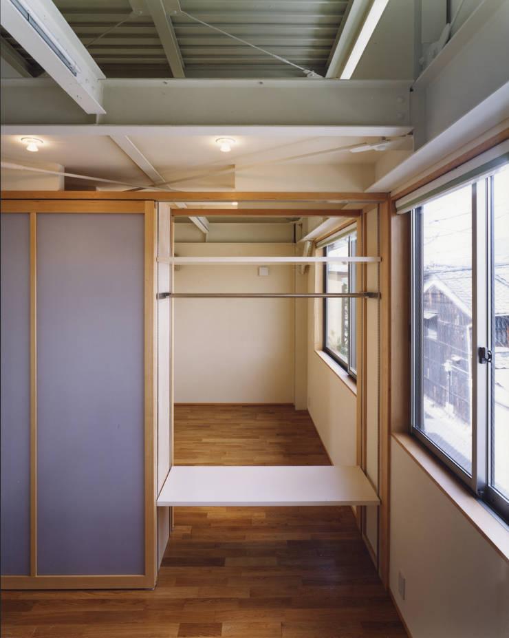 京都 伏見の家: boston-5が手掛けた寝室です。