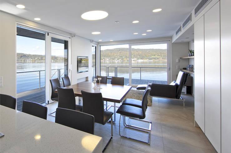 Haus am See : moderne Wohnzimmer von kilian gartner architektur