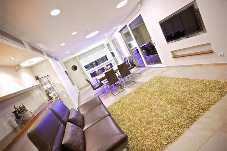 Haus am See: moderne Wohnzimmer von kilian gartner architektur