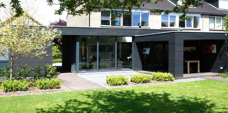 woonkamer, veranda en bijgebouw:  Woonkamer door Raymond Horstman Architecten BNA