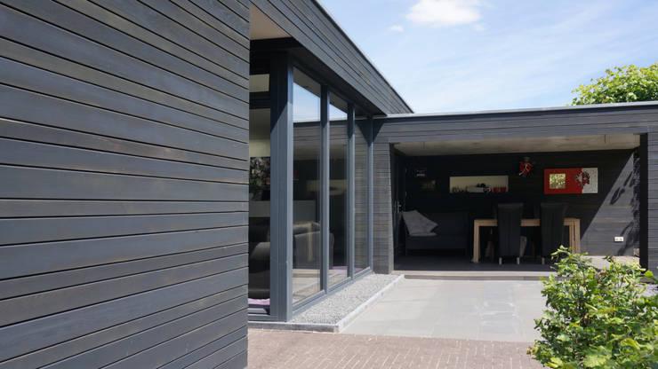 uitbouw aan woning:  Woonkamer door Raymond Horstman Architecten BNA