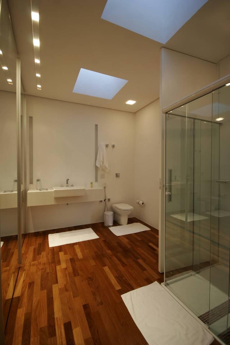 PROJETO DE RESIDÊNCIA NO BROOKLIN: Banheiros  por Zanettini Arquitetura Planejamento e Consultoria Ltda