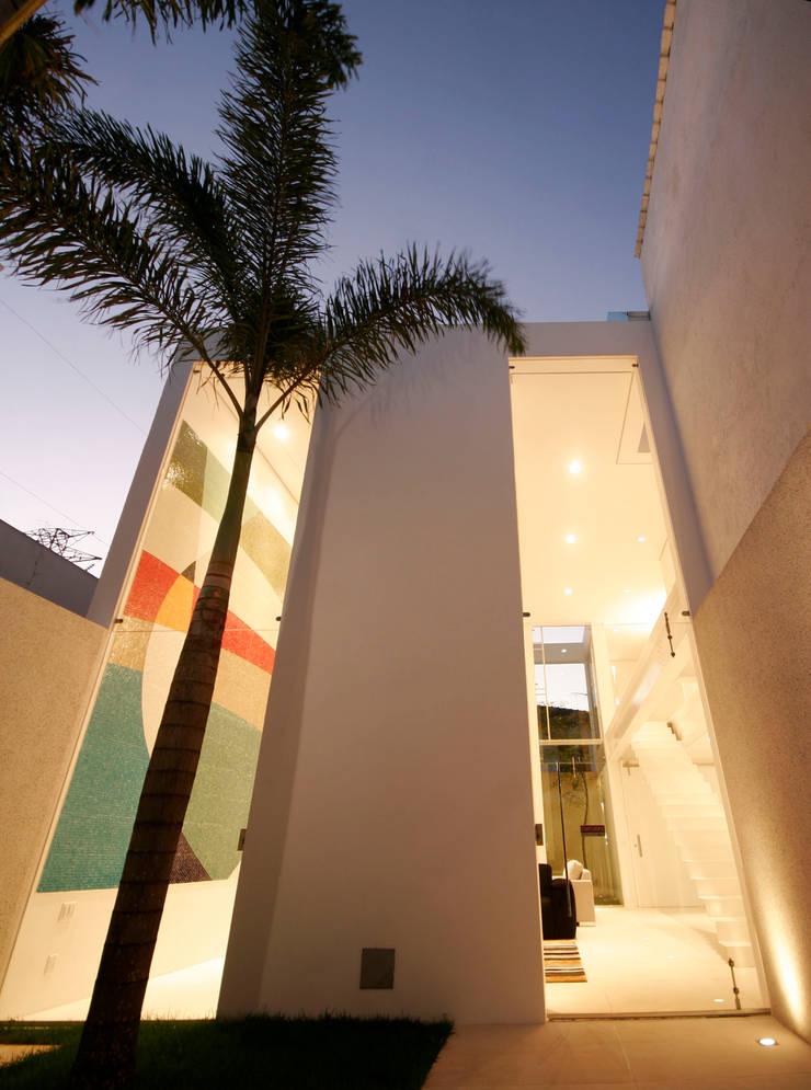 PROJETO DE RESIDÊNCIA NO BROOKLIN: Casas  por Zanettini Arquitetura Planejamento e Consultoria Ltda