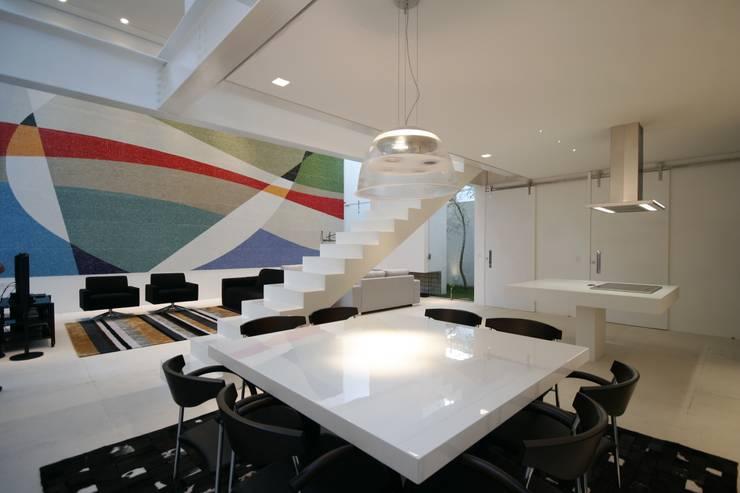 PROJETO DE RESIDÊNCIA NO BROOKLIN: Salas de jantar  por Zanettini Arquitetura Planejamento e Consultoria Ltda
