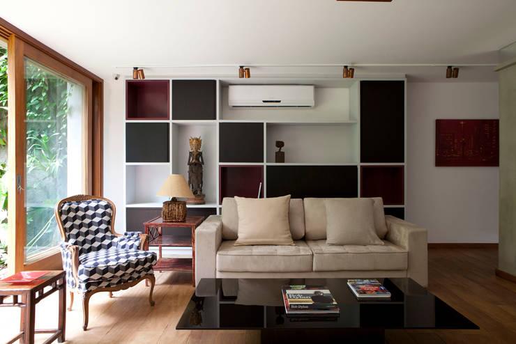 Casa Santa Cristina: Salas de estar modernas por Bruschini Arquitetura