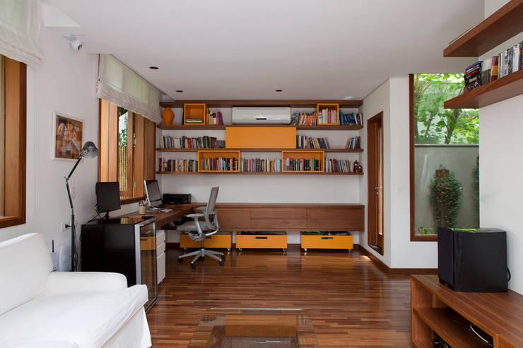 Casa Santa Cristina: Salas multimídia modernas por Bruschini Arquitetura