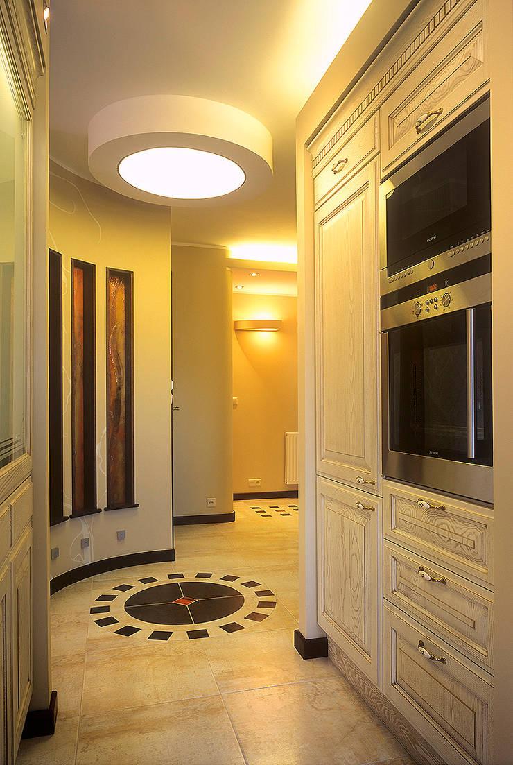 Apartament w Sopocie: styl , w kategorii Korytarz, przedpokój zaprojektowany przez Grafick sp. z o. o.,Klasyczny