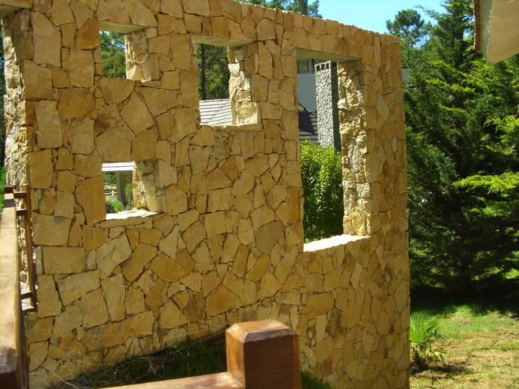 Casa Muro 2:  de estilo  por Rr+a  bureau de arquitectos - La Plata,