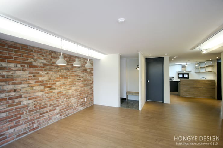 인더스트리얼 느낌의 30평 아파트 인테리어: 홍예디자인의  거실