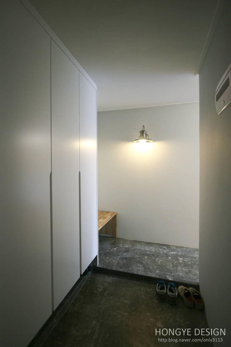 인더스트리얼 느낌의 30평 아파트 인테리어: 홍예디자인의  복도 & 현관,