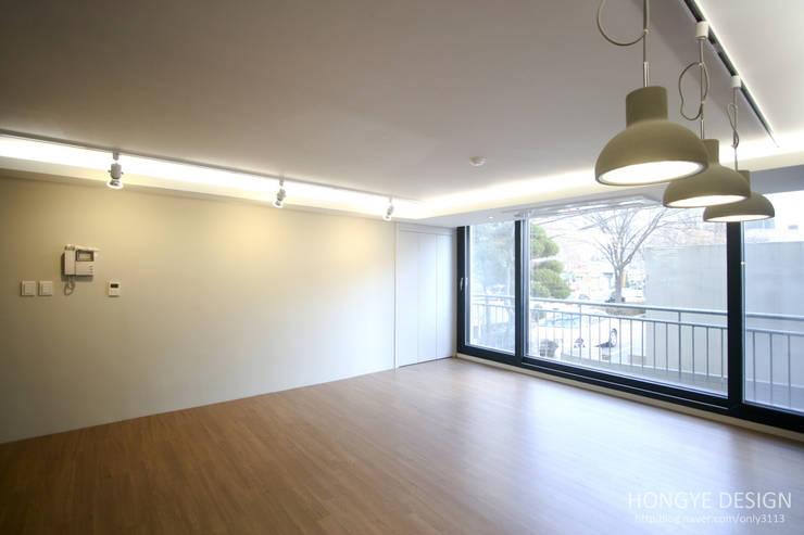 인더스트리얼 느낌의 30평 아파트 인테리어: 홍예디자인의  거실,