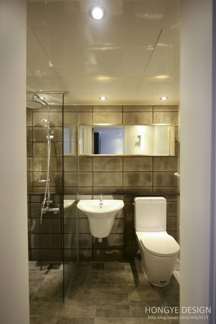 인더스트리얼 느낌의 30평 아파트 인테리어: 홍예디자인의  욕실,