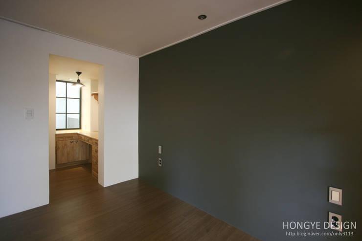 인더스트리얼 느낌의 30평 아파트 인테리어: 홍예디자인의  침실