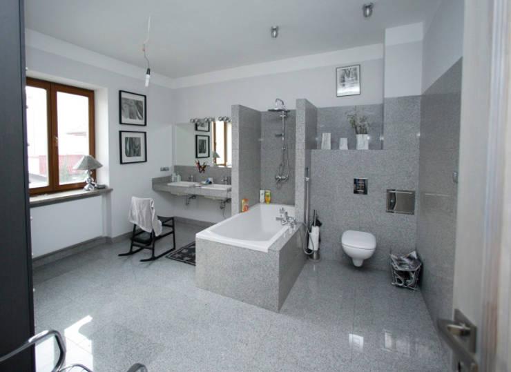 Przebudowa Domu : styl , w kategorii Łazienka zaprojektowany przez pracownia architektoniczno-konserwatorska festgrupa