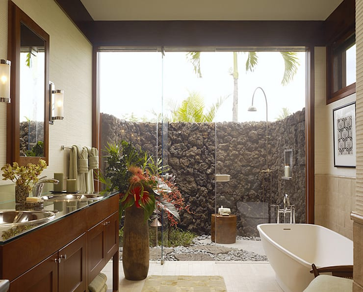 Outdoor Shower Extension:  Bathroom by HelenaLombard