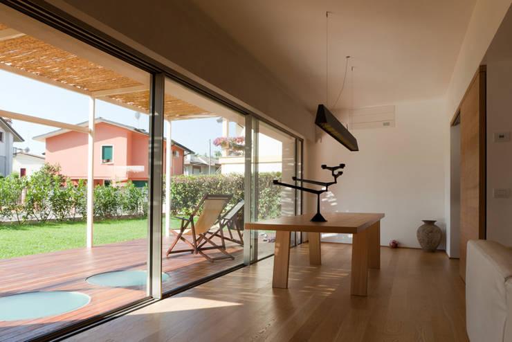 Salon de style  par Bongiana Architetture, Minimaliste