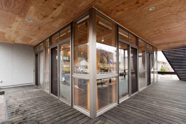 リュタン りんご畑のレストラン: 有限会社 宮本建築アトリエが手掛けたレストランです。,オリジナル