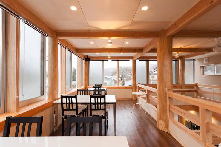 リュタン りんご畑のレストラン: 有限会社 宮本建築アトリエが手掛けたレストランです。,カントリー