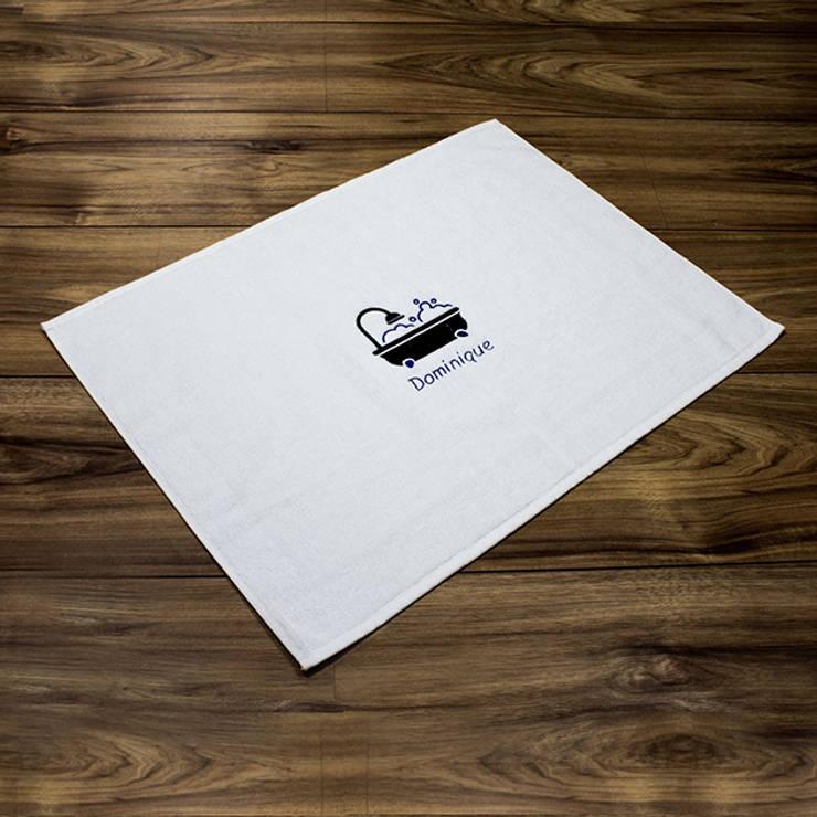Tapis de bain avec broderie personnalisée: Salle de bain de style  par IdéeCadeau.fr