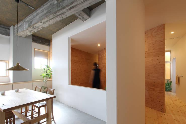 人の動きが絵のように見えるように切り取った開口部: 今津修平/株式会社MuFFが手掛けた廊下 & 玄関です。