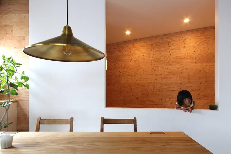小さなこどもでも覗ける高さで設計: 今津修平/株式会社MuFFが手掛けた廊下 & 玄関です。
