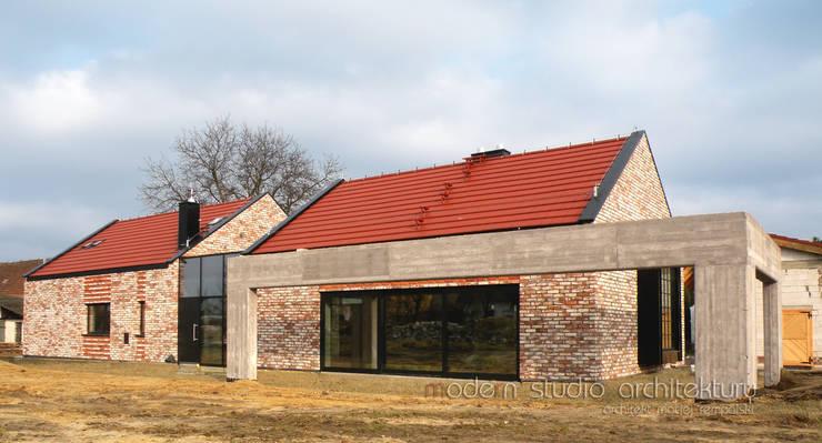 Dom : styl nowoczesne, w kategorii Domy zaprojektowany przez modern studio architektury maciej rempalski