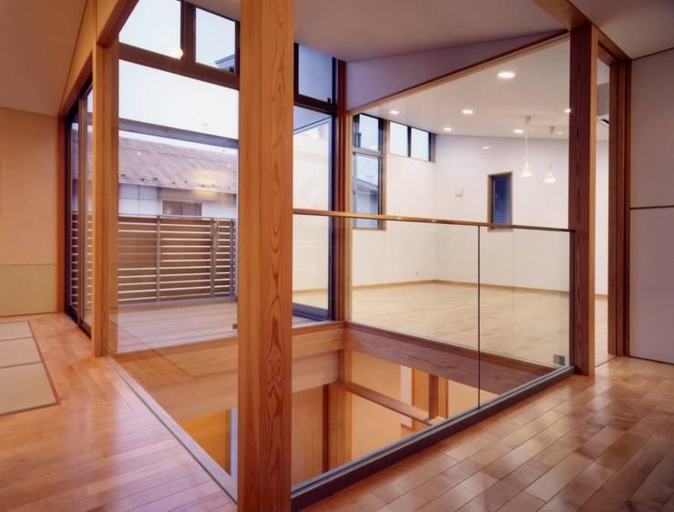 Couloir, entrée, escaliers modernes par 池野健建築設計室 Moderne