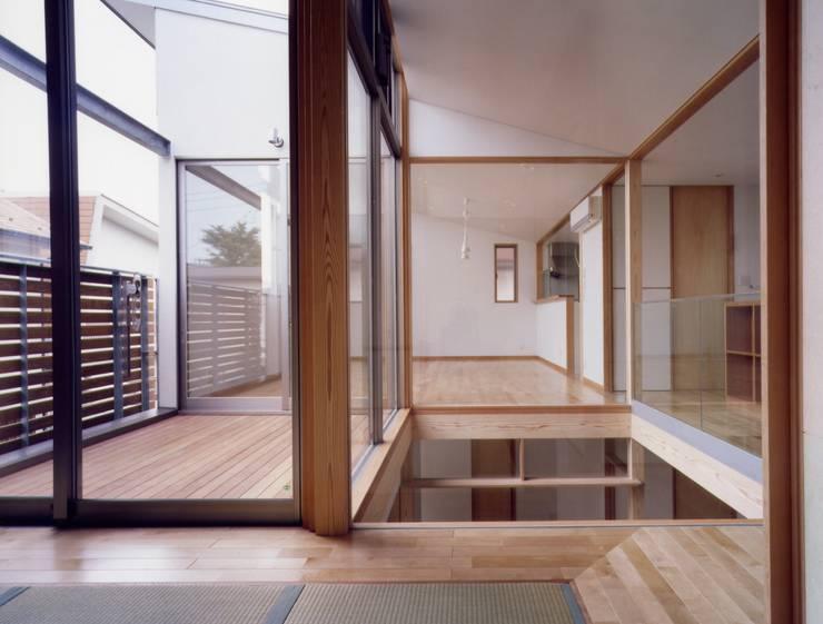 Chambre moderne par 池野健建築設計室 Moderne
