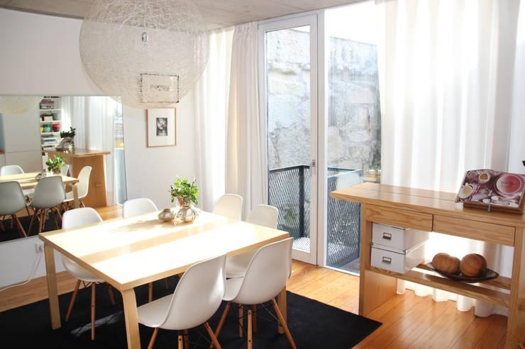 Comedores de estilo moderno por MOOPI - Arch + Interiors
