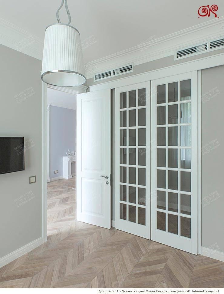 Высокие белые межкомнатные двери в квартире: Коридор и прихожая в . Автор – Дизайн студия Ольги Кондратовой