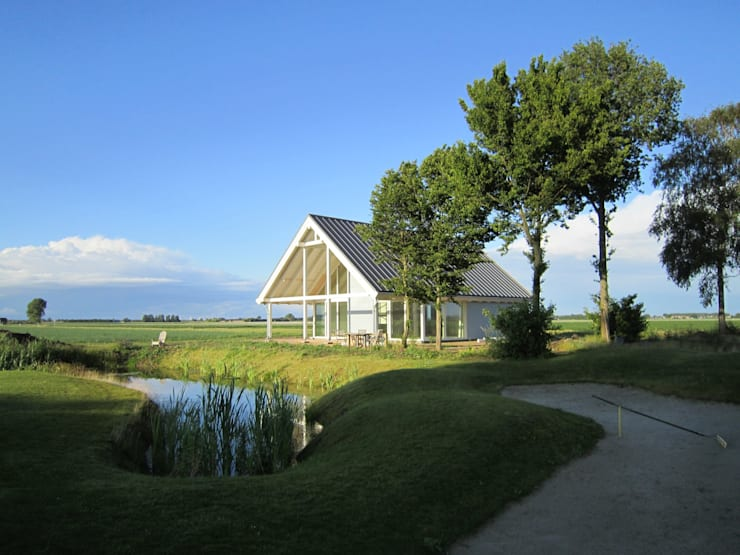 Casas de estilo  por Finnhouse Houtbouw B.V., Moderno