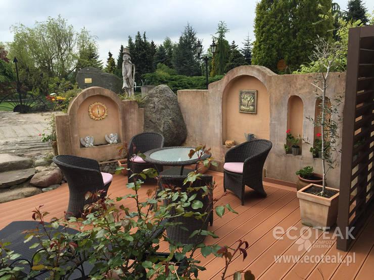 Patio w stylu toskańskim: styl , w kategorii  zaprojektowany przez EcoTeak Kompozyt Drewa