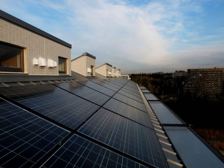 屋上ソーラーパネル: フィールド建築設計舎が手掛けた家です。