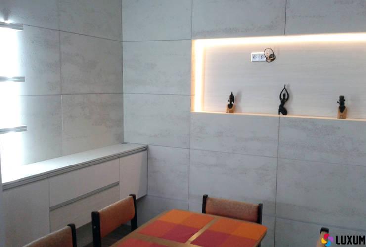 Beton architektoniczny w jadalni: styl , w kategorii Jadalnia zaprojektowany przez Luxum