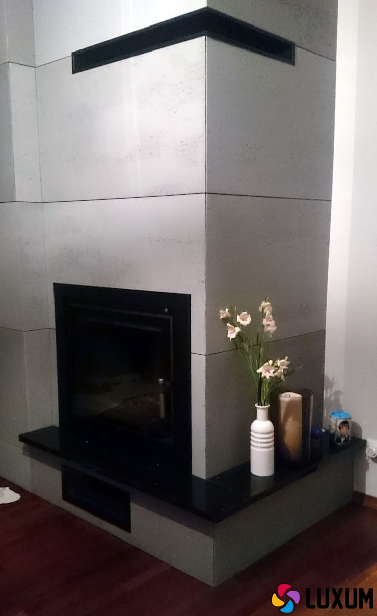 Kominek z betonu architektonicznego: styl , w kategorii Salon zaprojektowany przez Luxum,