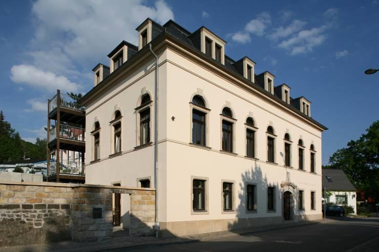 Ansicht Straße: moderne Häuser von Planungsring Ressel GmbH