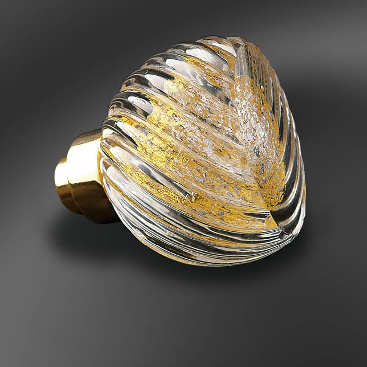 Bouton de porte Alberto Mix Or 24 carats et Argent pur: Maison de style  par Les  Verreries de Bréhat
