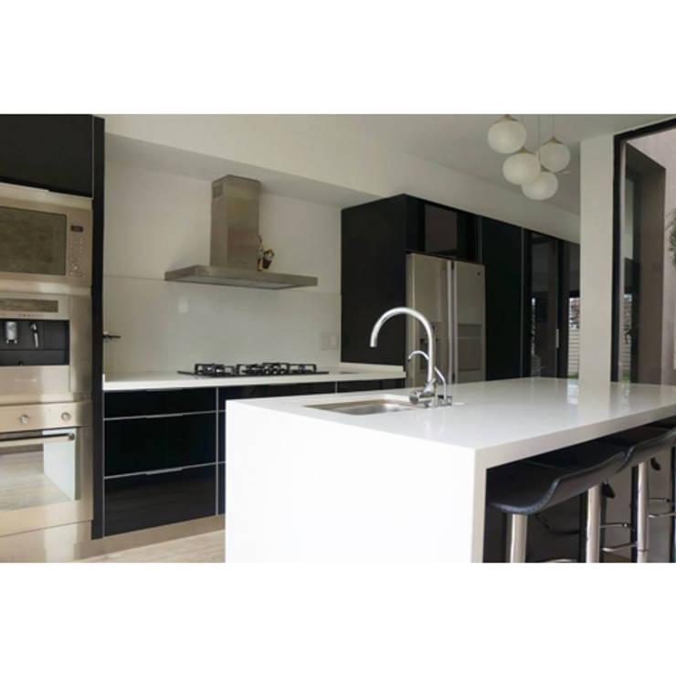 CASA TIGRE: Cocinas de estilo moderno por GB Arquitectos