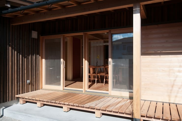 ウッドデッキ: shu建築設計事務所が手掛けたベランダです。
