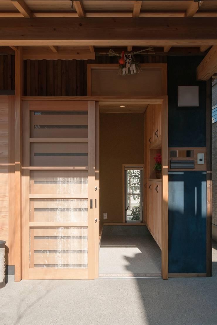 玄関1: shu建築設計事務所が手掛けた窓です。