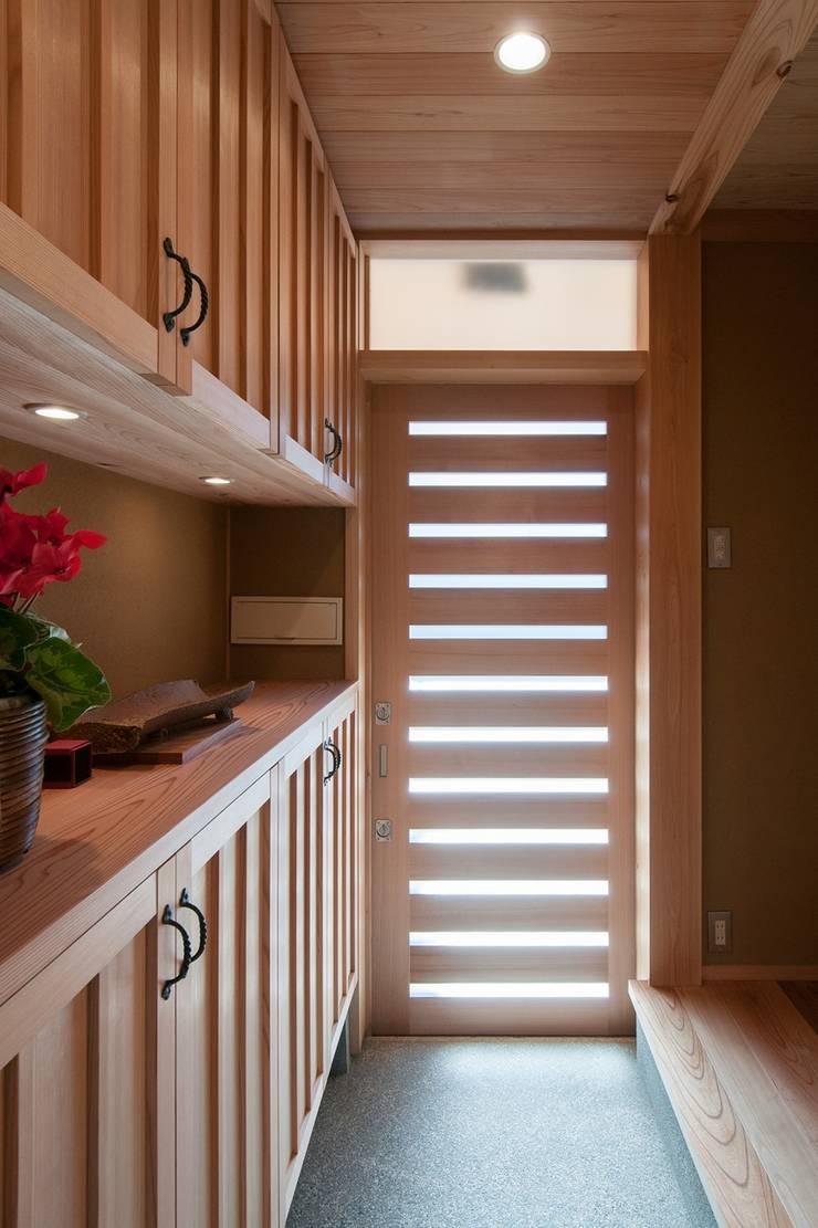 玄関2: shu建築設計事務所が手掛けた廊下 & 玄関です。