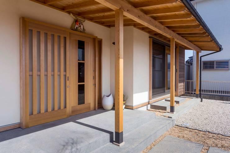 ポーチ: shu建築設計事務所が手掛けた廊下 & 玄関です。