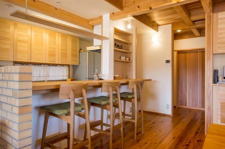 キッチン・カウンター: shu建築設計事務所が手掛けたキッチンです。