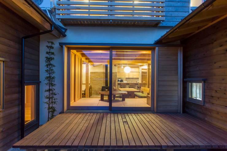 夕景: shu建築設計事務所が手掛けたテラス・ベランダです。