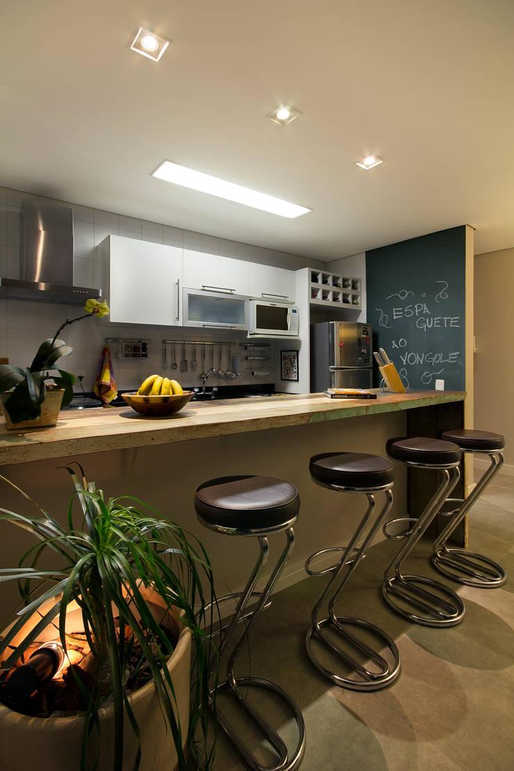 Apartamento Sumaré – SP: Cozinhas  por Juliana Conforto
