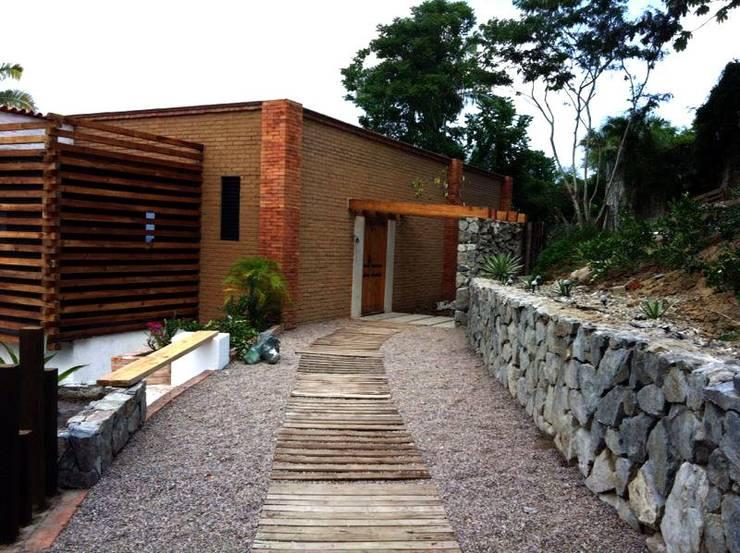 Villa Guadalupe: Pasillos y recibidores de estilo  por Caja de Diseño